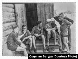Сьцяпан Батура (перадапошні справа) у складзе роварнай каманды менскага інстытуту замежных моваў. 1954 год