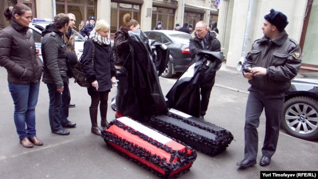 Гражданские активисты проводят акцию с целью привлечь внимание к нехватке медикаментов для зараженных вирусом иммунодефицита. Москва, декабрь 2011 года