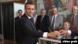 Президент Франции Эммануэль Макрон голосует в городе Ле-Туке.