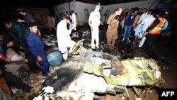 Рятувальники і місцеві жителі біля частини літака, що впав поблизу Ісламабада, 20 квітня