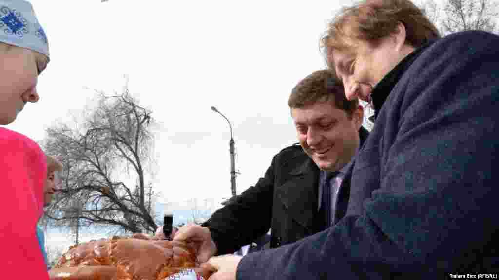 Deputaţii în Duma de Stat de la Moscova întâmpinaţi cu pâine şi sare la Comrat