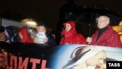 Демонстранты с карикатурньми портретами Медведева и Путина во время акции День гнева , направленной против правящей партии в Москве. 12 октября 2011.