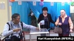 Ардагерлер үйіндедауыс беріп тұрған ер адам. Алматы, 26 сәуір 2015 жыл.
