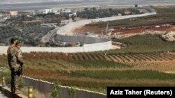 در این تصویر از دسامبر ۲۰۱۸ دو سرباز ارتش لبنان در نزدیکی نوار مرزی با اسرائیل دیده میشوند؛ اسرائیل و لبنان در عمل همچنان در وضعیت جنگی قرار دارند