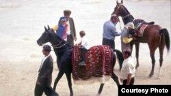 Axaltəkə atları cıdırda. Türkmənistan. 2000-ci il
