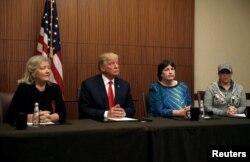 Дональд Трамп с Полой Джонс, Катлин Вилли и Хуанитой Броадрик во время пресс-конференции