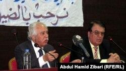 """الباحث عبد الحسين شعبان (يسار) يتحدث في عينكاوه عن كتابه """"المسيحيون والربيع العربي"""""""