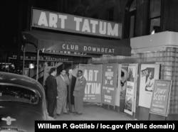 Арт Тэйтум (справа) и Фил Мур (слева) в клубе Downbeat в Нью-Йорке