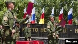 В договоре прописано, что части ВС переходят в подчинение российских военных ведомств. В некоторых политических кругах пытаются манипулировать общественным сознанием, создавая из этой темы предмет закулисного торга