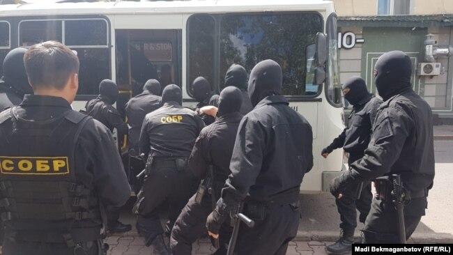 Как задерживали в Алматы и Астане