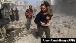 Гута провинциясында әуе шабуылынан соң бас сауғалап бара жатқан тұрғындар. Сирия, 3 желтоқсан 2017 жыл.