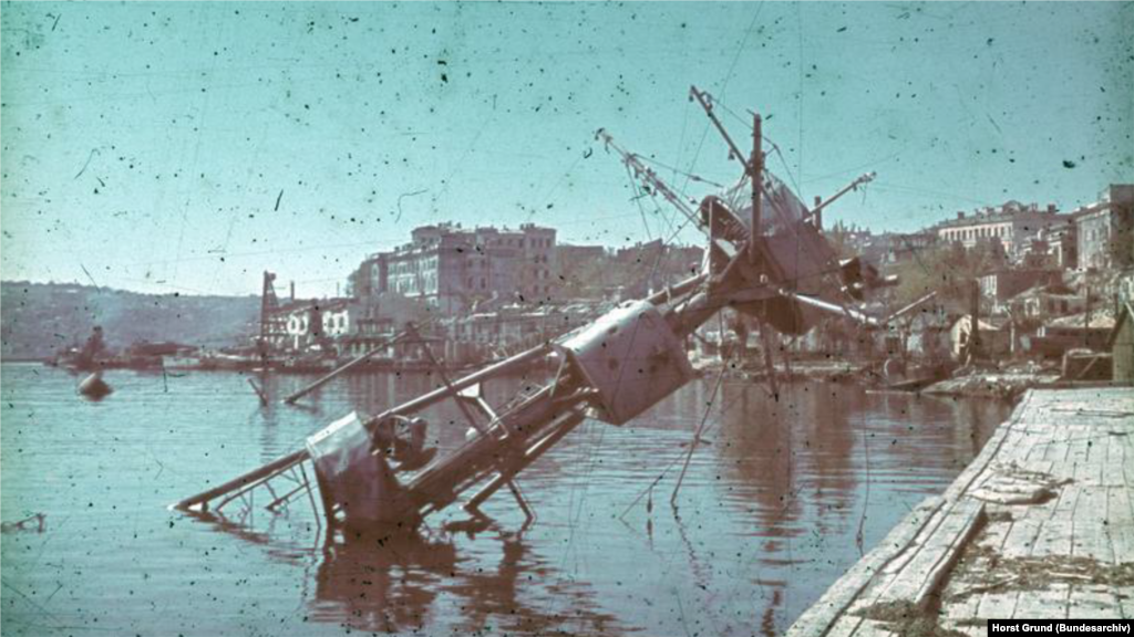 Несмотря на то, что Германия не располагала боевыми кораблями на Черном море, советский флот понес огромные потери от мин (в том числе и своих), а также авиаударов воздушных сил нацистской Германии. На фото: фок-мачта крейсера «Червона Украина» в Севастополе, июль 1942 года
