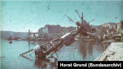 Фок-мачта крейсера «Червона Украина» в Севастополе, июль 1942 года