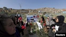 Ауғанстандық белсенді әйелдер азапталып өлтірілген 27 жастағы Фархунданың зираты басында отыр. Кабул, 26 наурыз 2015 жыл.