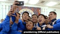 Сооронбай Жээнбеков кыргызстандык футболчулар менен. 31-март, 2018-жыл.