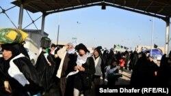 زوار ايرانيون لدى دخولهم العراق عبر منفذ الشيب الحدودي في ميسان