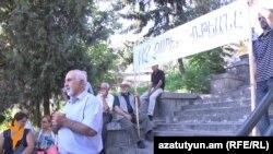 Лидер Объединения «Национальное самоопределение» Паруйр Айрикян на митинге в Ереване, 20 июля 2015 г.