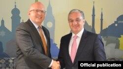 Министр иностранных дел Армении Зограб Мнацаканян (справа) и исполняющий обязанности заместителя госсекретаря США по европейским и евразийским вопросам Филипп Рикер (архив)