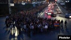 Армения -- Марш молчания посвященный памяти погибших во время боевых действий на линии соприкосновения в Нагорном Карабахе, Ереван, 10 апреля 2016 г.