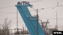 Установка с символикой компании «АрселорМиттал Темиртау». Иллюстративное фото.