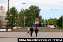 Ukraine, Crimea -- OMON and Lenin in the Center of Simferopol - Simferopol - 15May2014