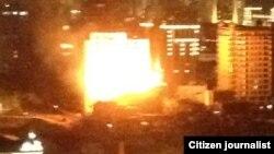 Любительский фотокадр горящего здания в центре Баку, 9 апреля 2012