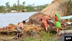 Жители одной из индийских деревень рядом с разрушенным в результате циклона домом. Иллюстративное фото.