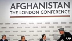 Лондон жыйынында Карзайдын талиптер менен жарашуу планы үчүн кор түзүү чечими кабыл алынды. Оң жак четте - Хамид Карзай. 2010-жылдын 28-январы.