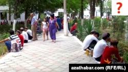 Türkmenistanyň ýokary okuw jaýlarynyň birine girmek üçin synag tabşyrýan abiturientler.