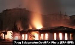 Lángoló épületek Sztepanakertben, a helyi jelentések szerint a tüzet az azerbajdzsáni tüzérség október 4-i támadása okozta.