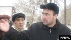 """Рустам Жумаев, бывший рабочий компании """"КазСтройСервис"""", на акции социального протеста. Уральск, январь 2009 года."""