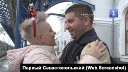 Степан Резуник і його дружина Ірина на вокзалі в Севастополі