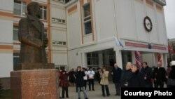 Татарстан президенты Рөстәм Миңнеханов Мәскәүдәге 1186нчы мәктәп ишегалдындагы Җәлил һәйкәле янында