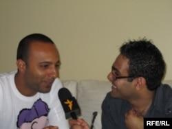 Певец Араш дает интервью репортеру «Озодлика».