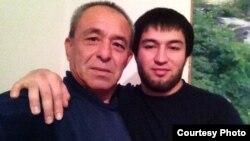 Вохиджон Ниязов (справа) с отцом Нематжоном Ниязовым. Южно-Казахстанская область, 11 ноября 2016 года.