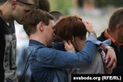 Жонка Андрэя Дундукова Ганна Дундукова плача, бо яе мужа ня вызвалілі