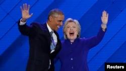 Prezident Obama sözüni jemleýän pursaty Hillari Klinton sahna çykyp, prezidente gol berdi.
