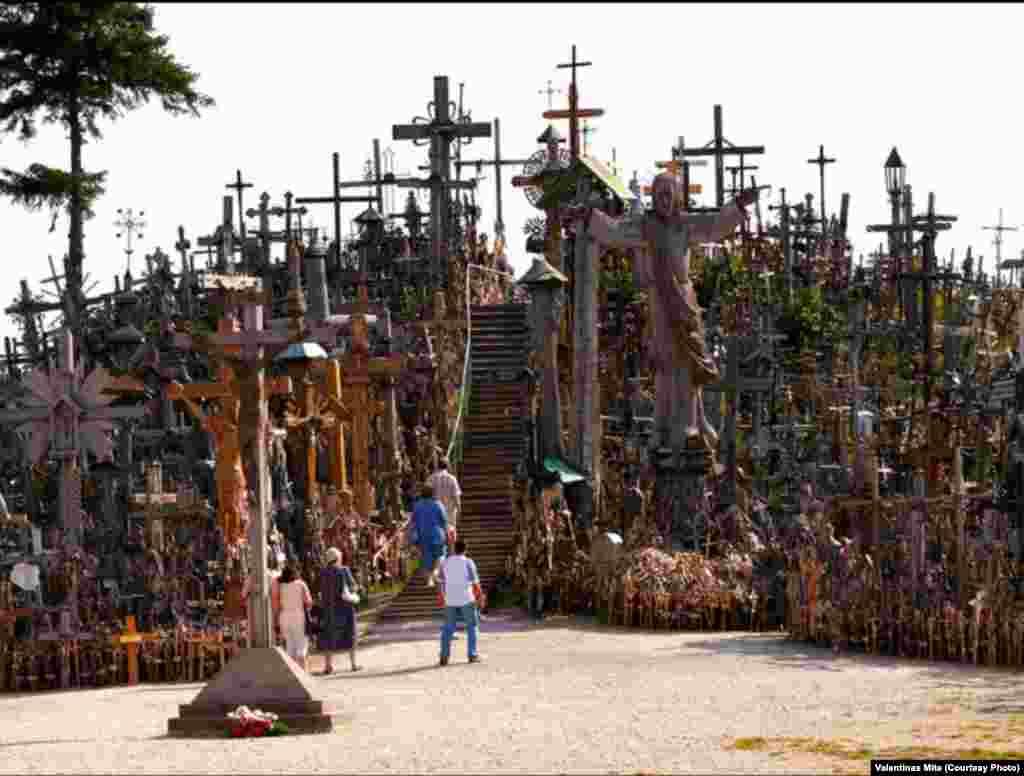Гора Крестов - христианская святыня и место паломничества в северной Литве, в окрестностях города Шауляй. На древнем городище установлено около 50 тысяч литовских крестов.