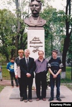 Ля помніка Адаму Багдановічу, вёска Халопенічы Крупскага раёна, 1998 год