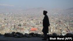 Мужчина на возвышенности, с которой открывается вид на Кабул. Иллюстративное фото.