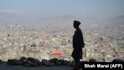 Кабул қаласының шетіндегі қыратта тұрған ер адам. (Көрнекі сурет)