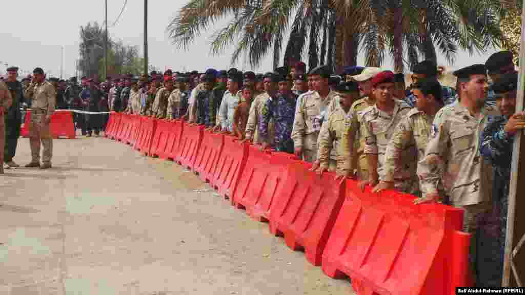 Members of Iraq's security forces wait to vote in provincial elections in Kut. (RFE/RL/ Saif Abdul-Rahman)