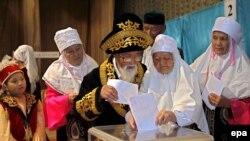 Астана маңындағы Ақкөл ауылының тұрғындары парламент сайлауында дауыс беріп жатыр. Ақмола облысы, 18 тамыз 2007 жыл