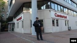 Cumhuriyet газеті кеңсесі алдында тұрған полиция қызметкері. Стамбул, 31 қазан 2016 жыл. (Көрнекі сурет.)