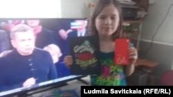 Тася Перчикова с подарками читателей Радио Свобода
