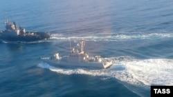 Українські військові кораблі під час подій біля берегів Криму 25 листопада 2018 року