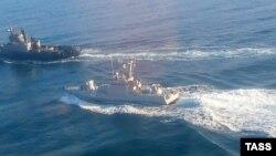 Під час захоплення російськими силовиками українських кораблів троє моряків зазнали поранень