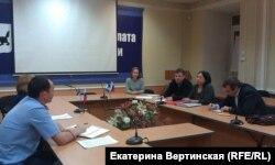Святослав и его мама Наталья на встрече со следователями СУ СКР в Общественной палате Иркутской области (декабрь 2015 года)