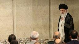 حساب توئیتر فارسی وزارت خارجه آمریکا، رهبر ایران را متهم کرده که حتی «املاک اقلیتهای دینی را میبلعد» و در اختیار سپاه پاسداران قرار میدهد.