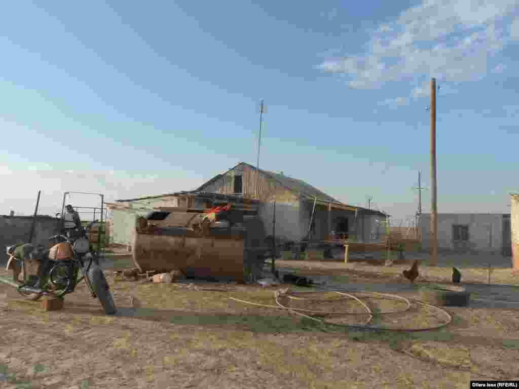 Арапбай Нурбеков вот уже девять лет живет в этом доме вдали от населенных пунктов.